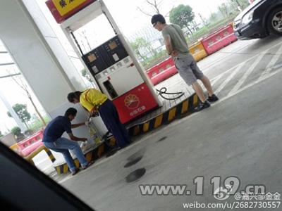 在塑料桶装汽油的过程中